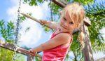 دختر در زمین بازی
