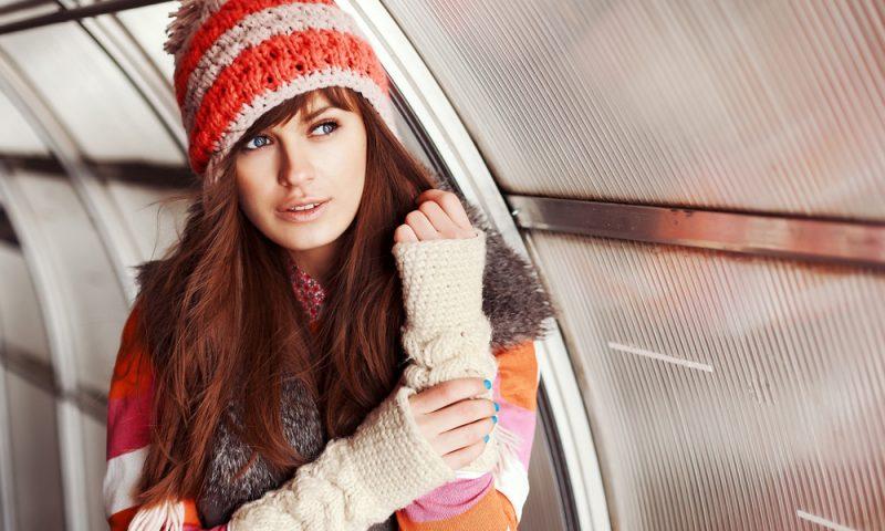 دختر زیبا در آب و هوای سرد بهار