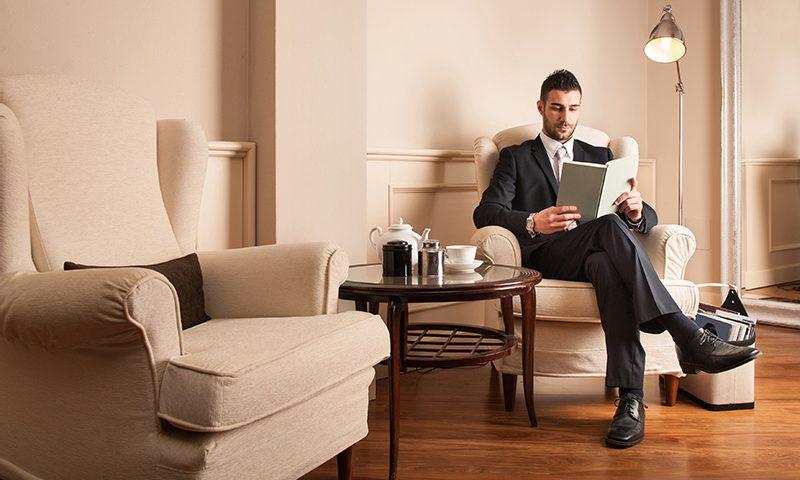 تاجر جوان آرامش بخش خواندن یک کتاب
