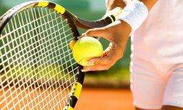دست بازیکن با توپ تنیس آماده به خدمت