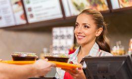 کارگر رستوران در خدمت دو وعده غذا فست فود