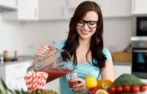 مبارک زن ریختن جوان مخلوط سبزیجات