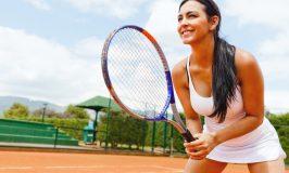 زن بازی تنیس و انتظار برای خدمات
